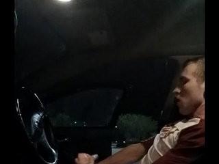 Homem dotado batendo uma punheta no carro | bus  punheta